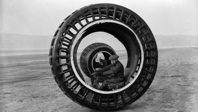 8th February 1932:  Electronically driven wheels which revolve while the drivers remain stationary, the invention of J A Purves and his son of Taunton, are tested at Bream Sands, Weston-super-Mare, Somerset.  (Photo by Fox Photos/Getty Images)